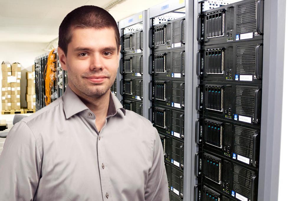 Tekniker i serverhall arbetandes med daglig drift (Han heter Fredrik!)